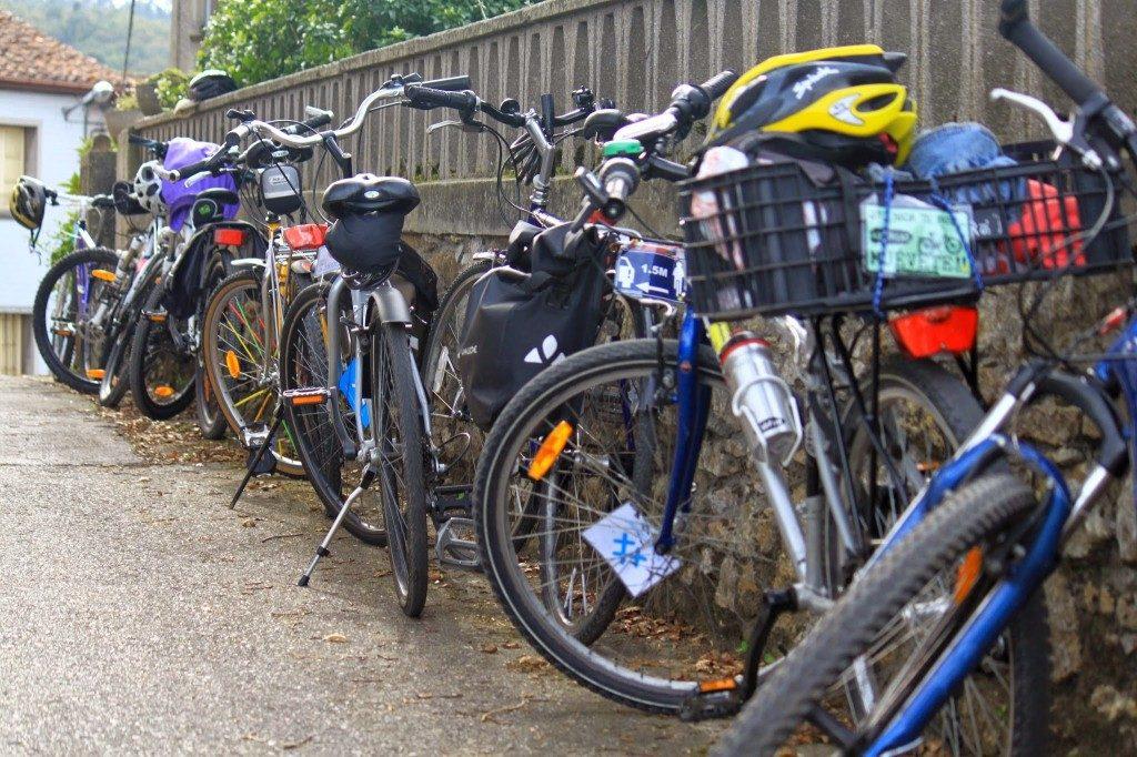 Bicis aparcadas cicloturismo conbici